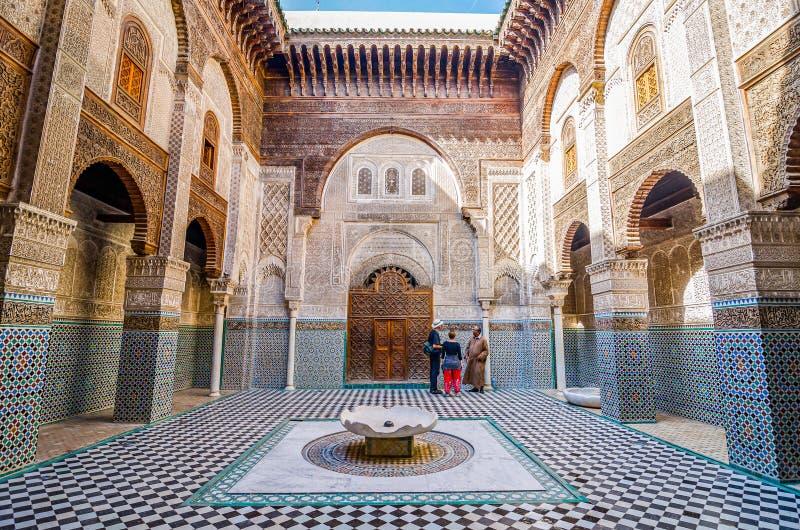 Fes, Marokko - Oktober 16, 2013 Bou Inania Madrasa wordt wijd erkend als uitstekend voorbeeld van Marinid-architectuur royalty-vrije stock foto