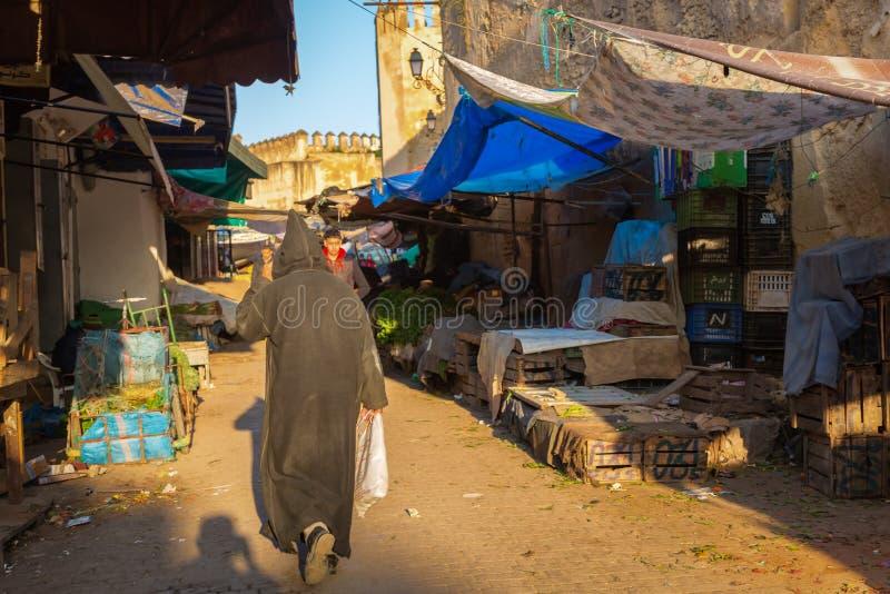 Fes, Marruecos - 28 de febrero de 2017: Despertar el mercado i de la mañana imagenes de archivo