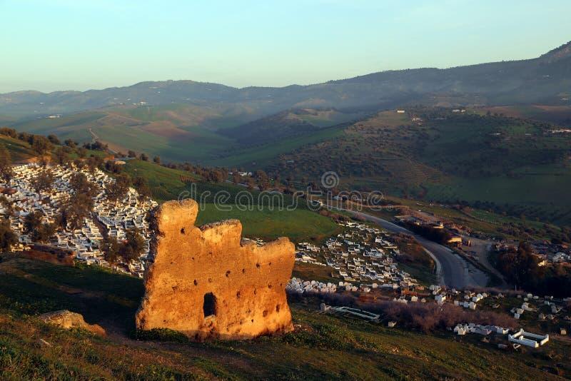 Fes, Marruecos Vista del cementerio musulmán de la colina, en donde las ruinas de la tumba de Merenides se preservan imágenes de archivo libres de regalías