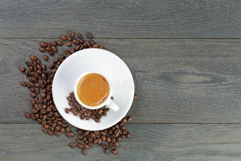 Feshly gemaakte espresso met koffiebonen op houten royalty-vrije stock foto's