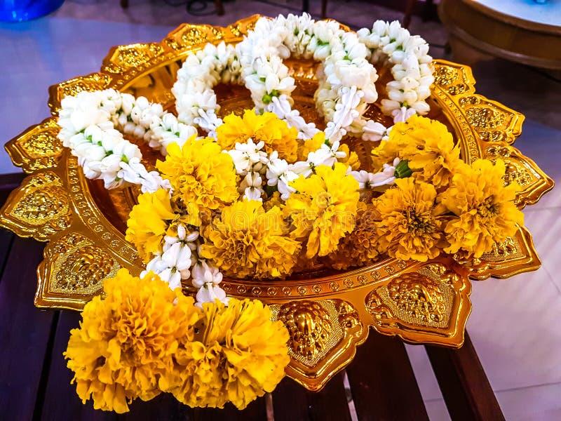 Festão da flor na bandeja do suporte foto de stock royalty free
