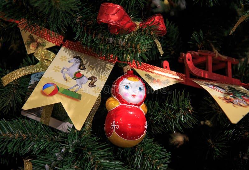 Festão de papel em um ramo de árvore do Natal imagem de stock royalty free