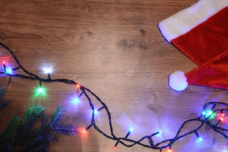festão elétrica de Novo-ano em um fundo de madeira Bulbos brilhantes o foto de stock royalty free