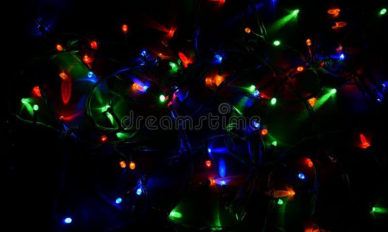 Festão elétrica em um fundo de madeira, bulbos brilhantes, noite imagens de stock