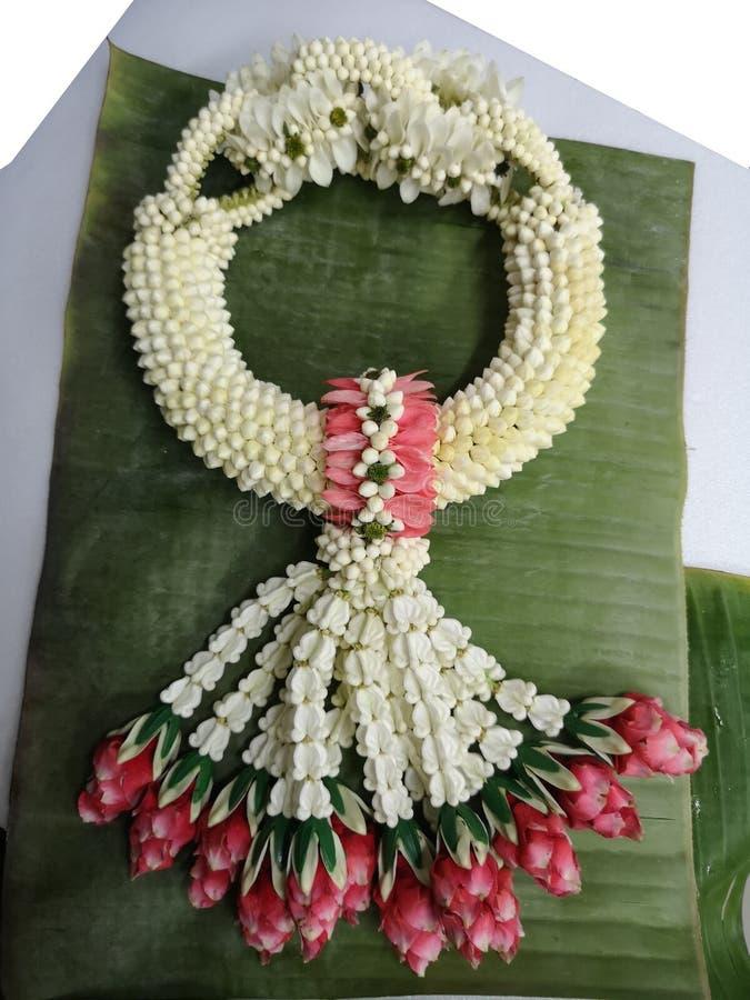 Festão feita do jasmim, rosa, o dia de mãe do giantea de Calotropis da flor da coroa imagem de stock