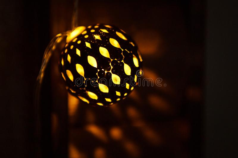Festão festiva a bacia cinzelada do metal é iluminada de dentro com de uma luz dourada fotografia de stock royalty free