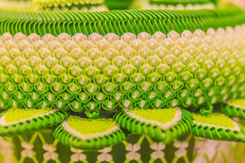 A festão tradicional tailandesa colorida da flor na banana verde deixa o detalhe para o sacrifício sagrado na adoração de antepas imagem de stock royalty free