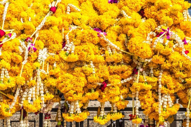 Festões da flor no templo budista fotografia de stock