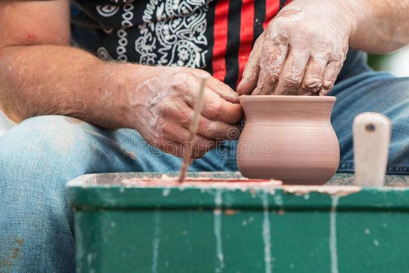 Fest de Hands Form Clay Bowl At Lawrenceville Arts do artista da cerâmica fotos de stock
