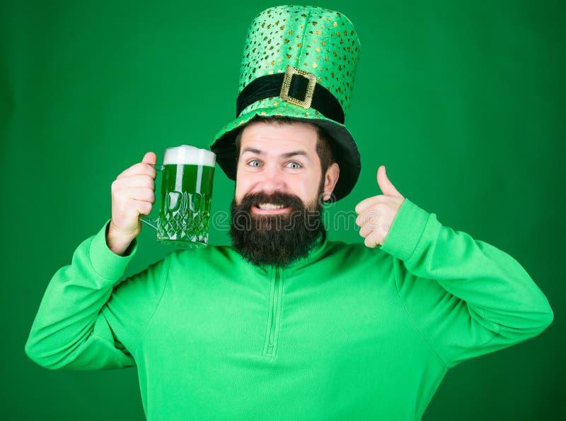Fest- och feriemeny F?rgat gr?nt traditionellt ?l Patricks dagparti Alkoholdryck ireland symbol Upps?kt man arkivbilder