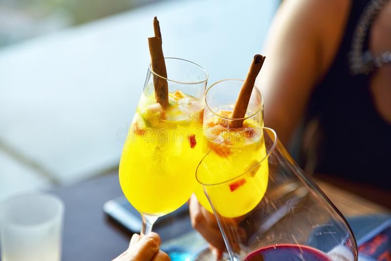 Festa att rosta i restaurang, slut upp av tre händer som lyfter coctailexponeringsglas arkivfoton