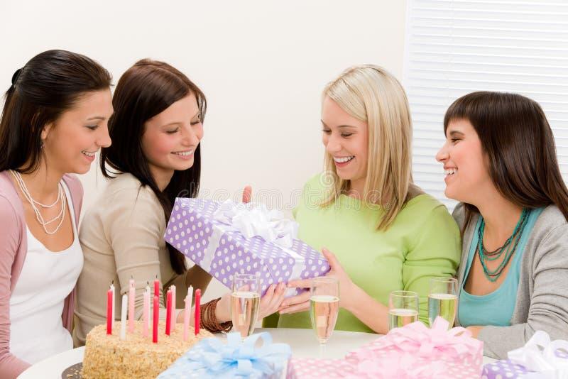 Festa de anos - mulher feliz que começ atual fotos de stock royalty free