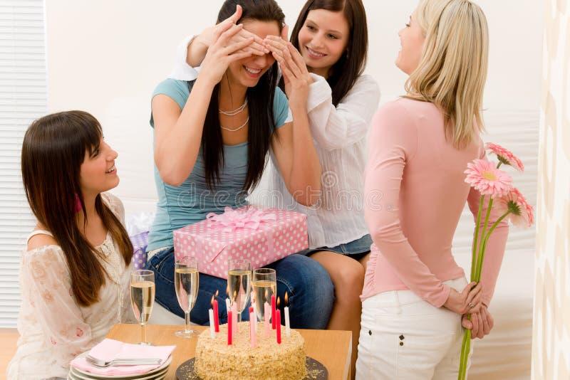 Festa de anos - mulher que começ o presente e a flor fotos de stock royalty free