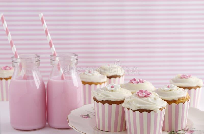 Festa de anos retro cor-de-rosa da tabela da sobremesa do tema fotos de stock royalty free