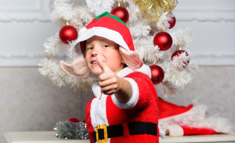 Festa de Natal com traje do duende Ideias da árvore de Natal para crianças Criança do menino vestida como a criatura mágica do du fotos de stock royalty free