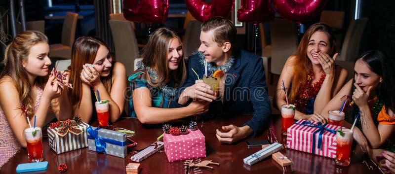 Festa de Natal feliz da juventude Celebração alegre foto de stock royalty free