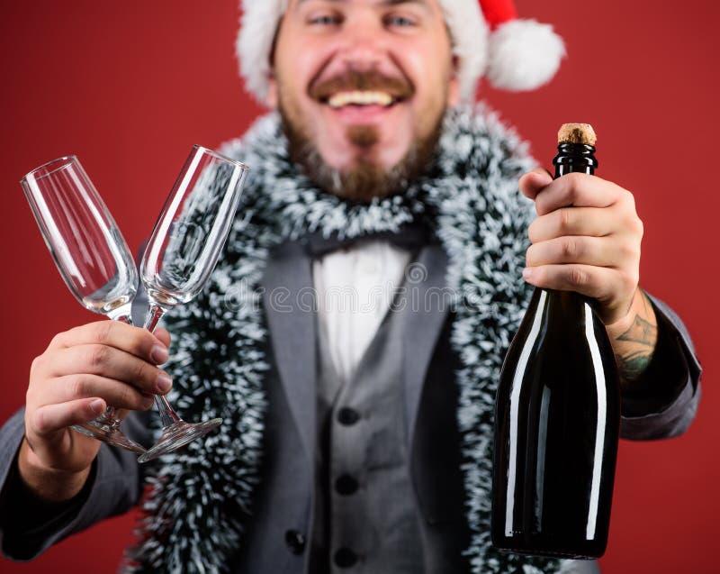 Festa de Natal incorporada Deixa o champanhe da bebida Ouropel do chapéu de Santa do chefe para comemorar o ano novo ou o Natal F imagens de stock