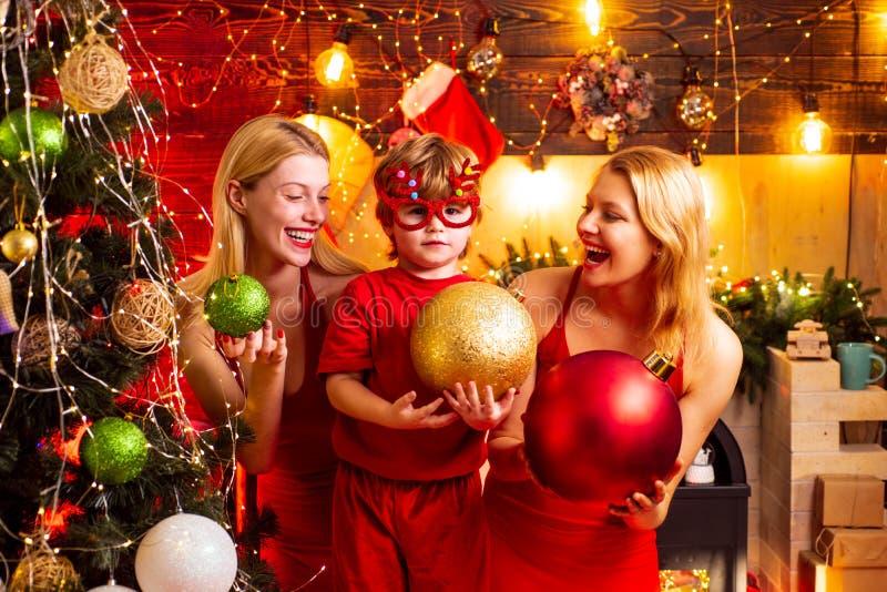 Festa de Natal Vestidos vermelhos das mulheres para comemorar o Natal com pouco beb? bonito Liga??es de fam?lia Alegria da paz do fotos de stock