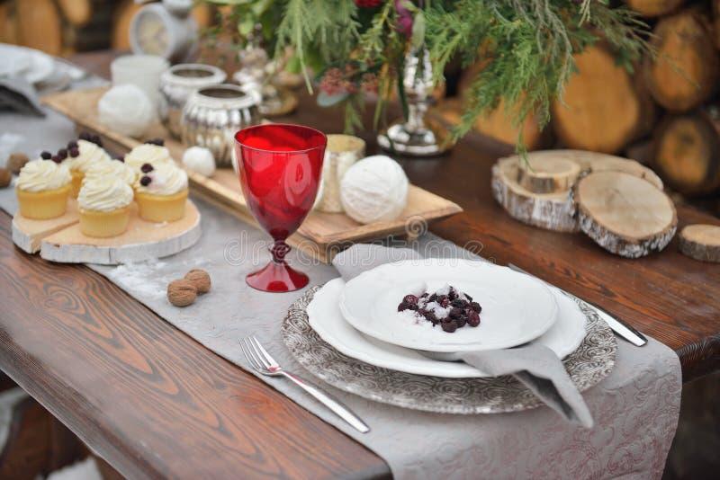 Festa decorata di Natale da portare in tavola per la cena Meravigliosamente messo con le candele, i ramoscelli attillati, i piatt fotografie stock libere da diritti