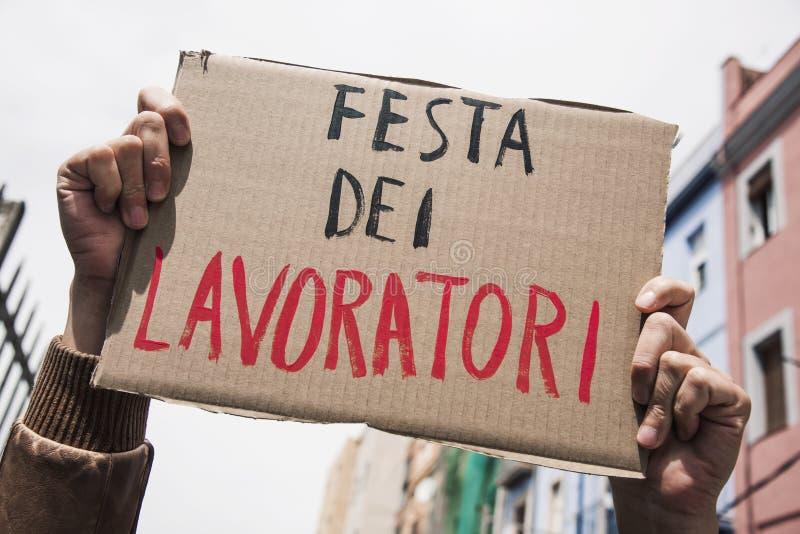 Festa dei lavoratori del testo in italiano in un'insegna marrone fotografia stock libera da diritti
