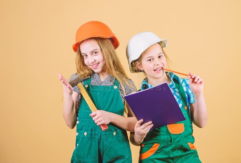 Festa del Lavoro 1? MAGGIO Ispettore del caporeparto riparazione Bambini felici Carriera futura piccole ragazze che riparano insi immagine stock libera da diritti