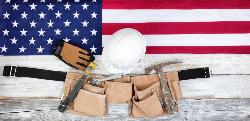 Festa del lavoro patriottica con gli strumenti della costruzione e della bandiera americana immagine stock libera da diritti