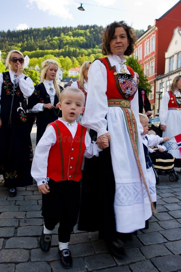 Festa dell'indipendenza della Norvegia. 17 maggio. Bergen. fotografia stock