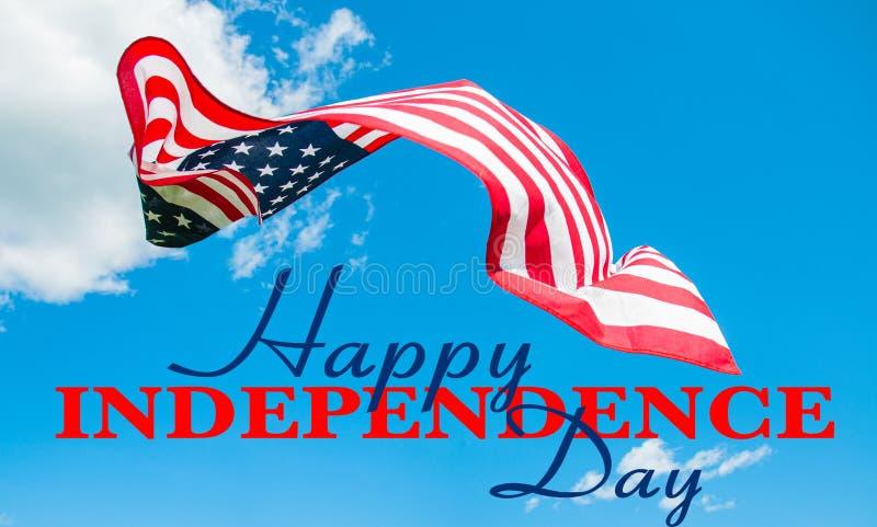 Festa dell'indipendenza felice il quarto luglio Bandiera americana nel fondo del cielo blu fotografia stock