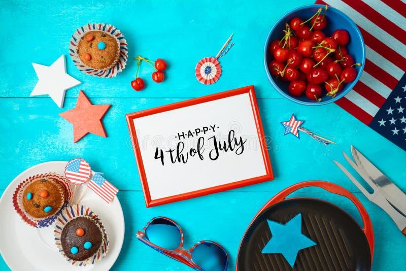 Festa dell'indipendenza felice, quarta del concetto di celebrazione di luglio con la struttura, bigné e griglia del barbecue su f fotografie stock