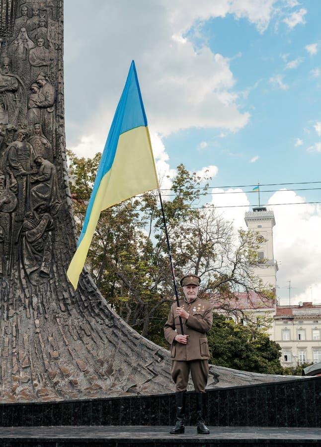 Festa dell'indipendenza dell'Ucraina e della bandiera nazionale di tenuta senior fotografia stock libera da diritti