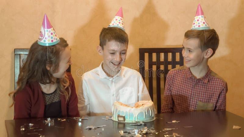 Festa di compleanno del ` s dei bambini torta di compleanno per poca ragazza di compleanno Celebrazione di famiglia fotografia stock libera da diritti