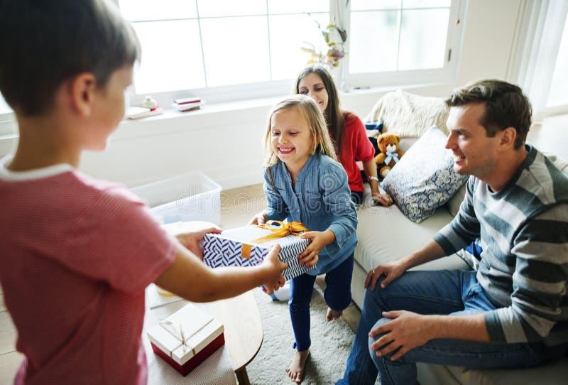 Festa di compleanno della famiglia che dà regalo immagine stock