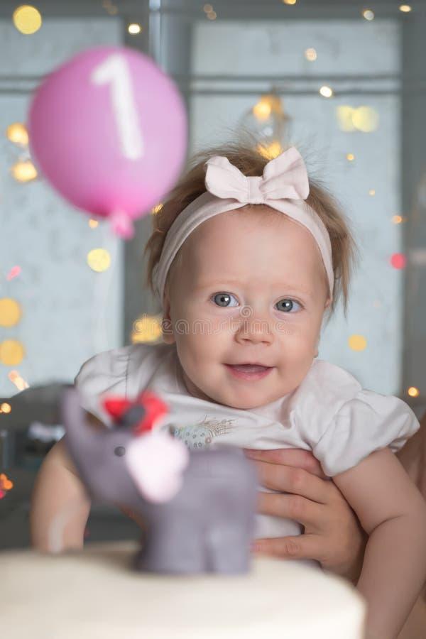 Festa di compleanno di poca neonata Fondo della festa di compleanno Concetto felice di infanzia Idea di festa della famiglia Ritr immagine stock libera da diritti