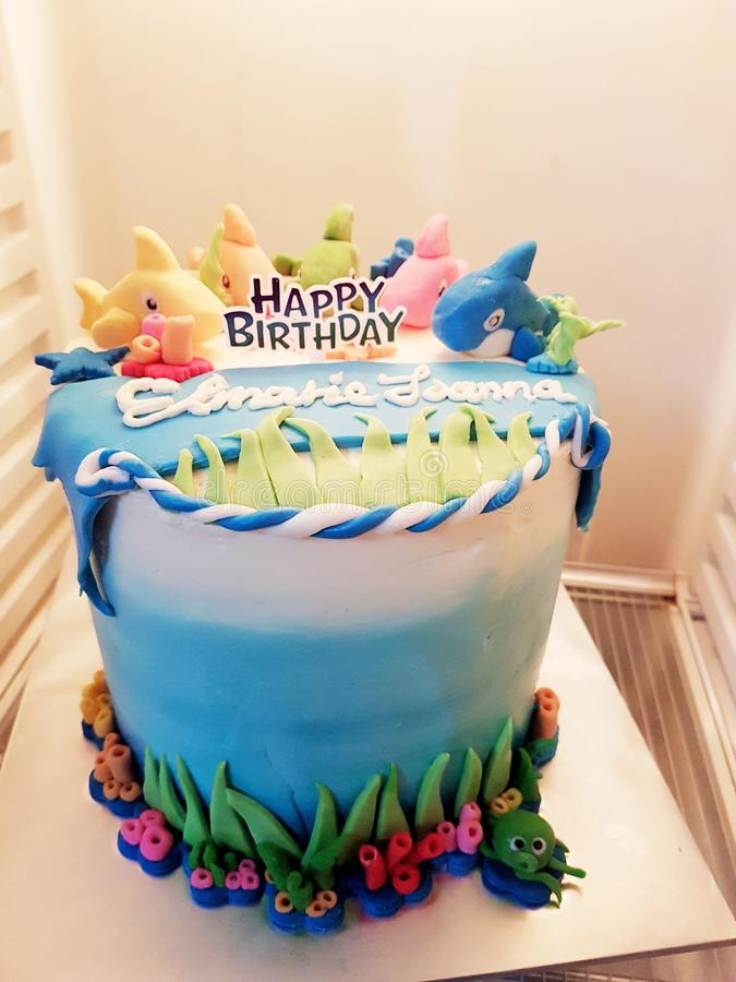 Festa di compleanno di tema del dolce dello squalo del bambino immagine stock libera da diritti
