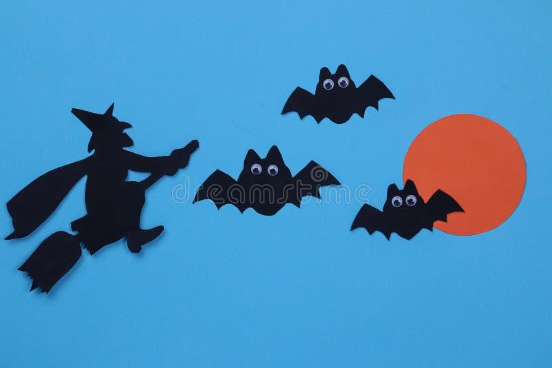 Festa di Halloween La composizione con la carta differente di Halloween dipende il fondo blu fotografie stock