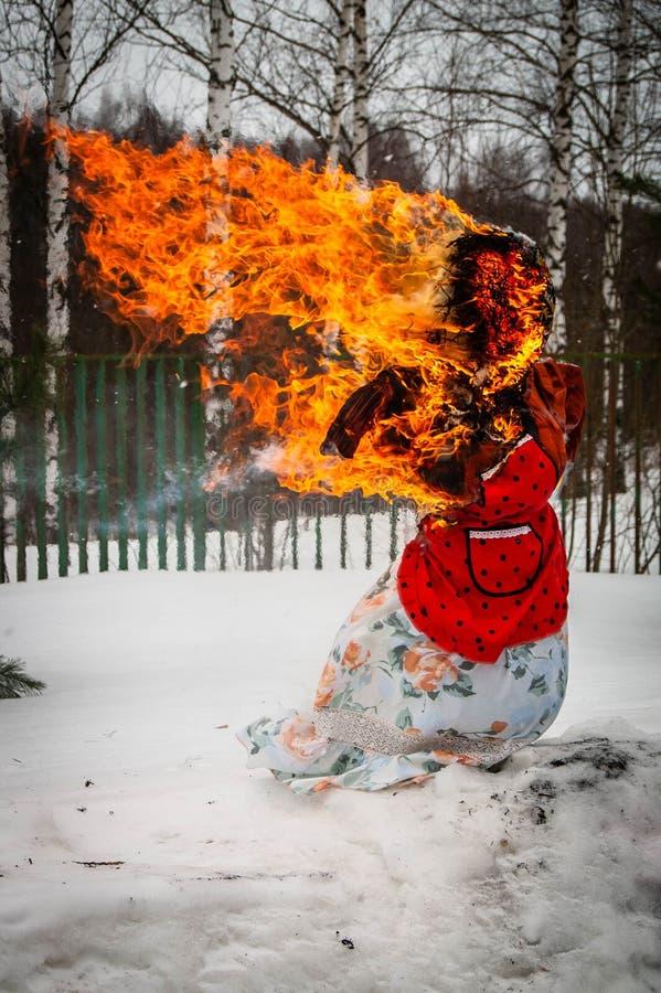 Festa di Maslenitsa nella regione di Kaluga di Russia centrale fotografia stock
