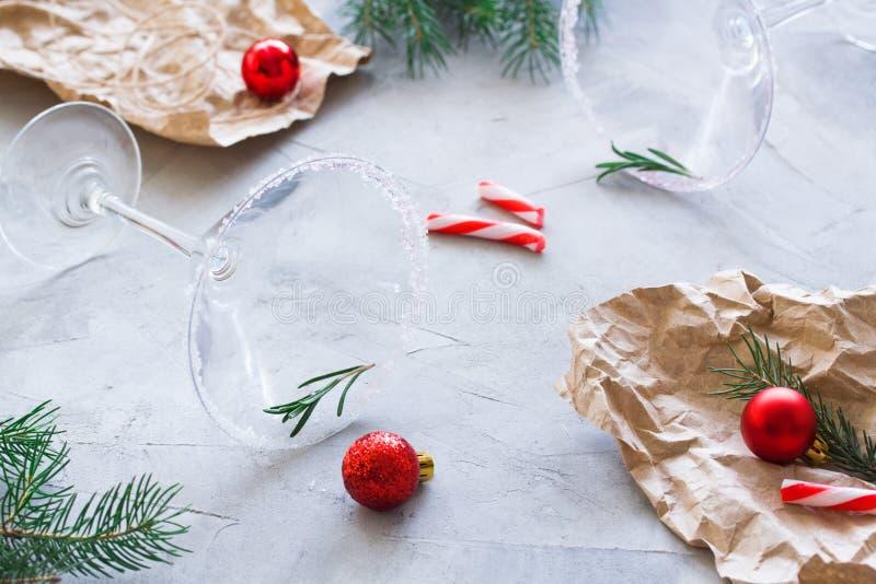 Festa di Natale sopra la composizione in rivestimento con i vetri vuoti di martini fotografia stock