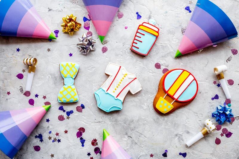 Festa do bebê com as cookies para a celebração no teste padrão de pedra da opinião superior do fundo fotos de stock royalty free