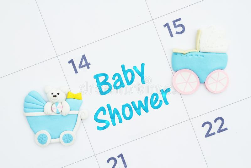 A festa do bebê convida em um calendário mensal com carrinhos de criança de bebê imagens de stock royalty free