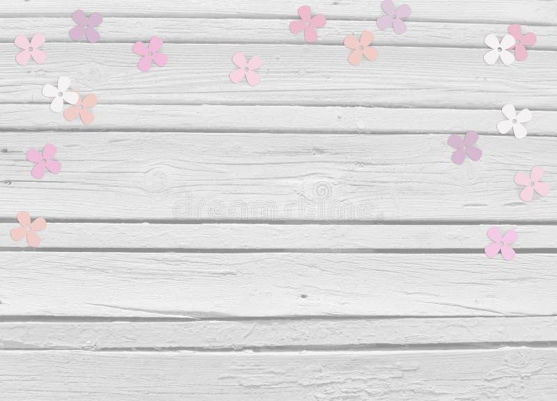 Festa do bebê, dia do aniversário ou cena do modelo do casamento com fundo de madeira branco, lilás de papel floral ou confetes d imagens de stock royalty free