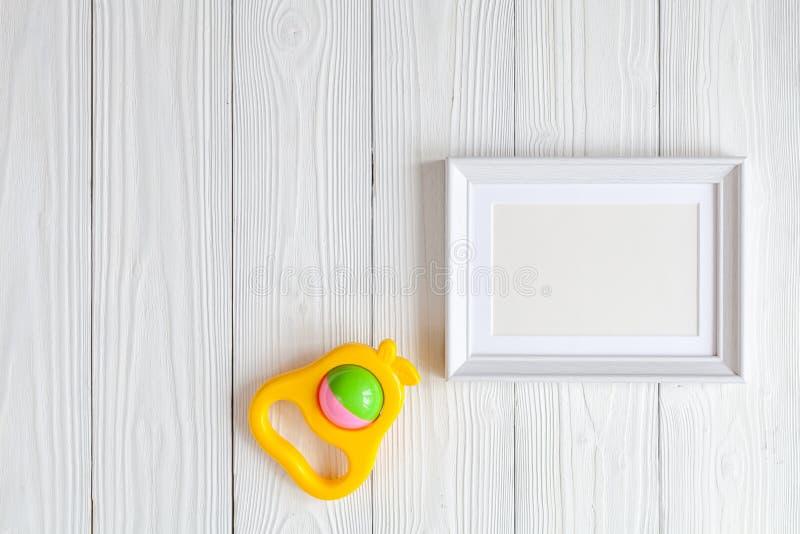 Festa do bebê - moldura para retrato vazia no fundo de madeira fotografia de stock