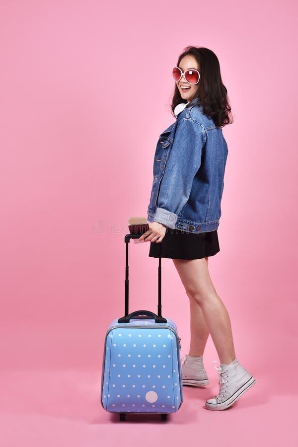 Festa e concetto di viaggio, valigia sorridente della tenuta del viaggiatore della donna immagini stock