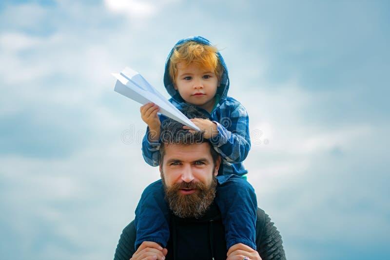 Festa e convivenza familiare Padre e figlio insieme Papà e figlio sorridono e si abbracciano Carefree Immaginazione fotografie stock libere da diritti