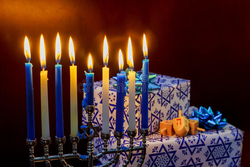 Festa ebrea di Chanukah di festa con le candele brucianti del menorah immagine stock