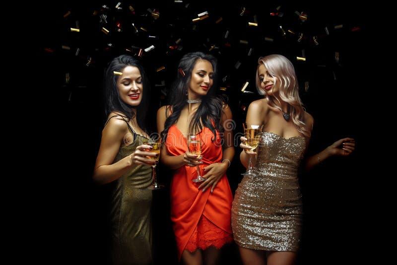 Festa, ferier, beröm, uteliv och folkbegreppet - att le vänner som dansar i klubba arkivfoto