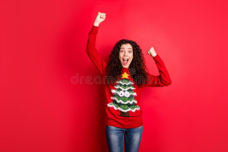 Festa inacreditável de ano novo Retrato de uma garota engraçada louca que levanta punhos grita sim comemore o desgaste do Natal fotografia de stock