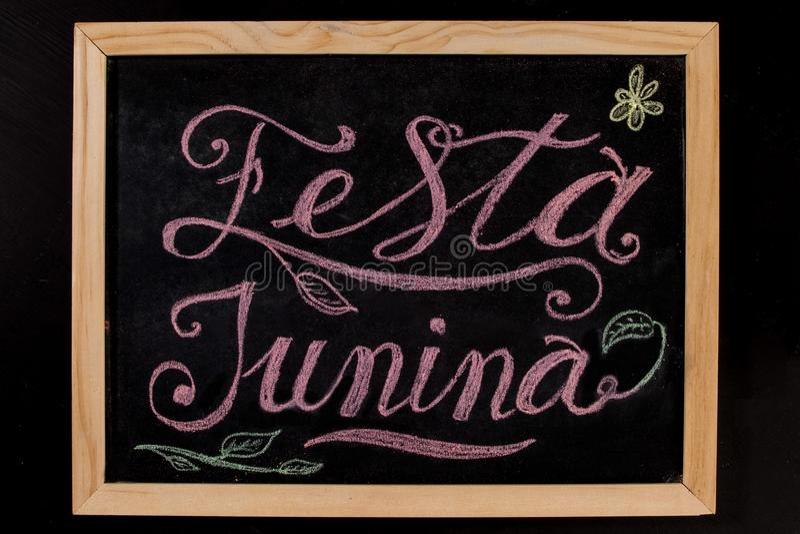 Festa Junina - färgrik hand dragit kritabokstäverbaner royaltyfria foton
