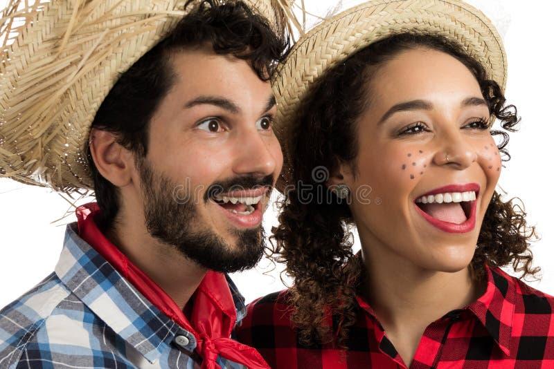 Festa Junina: partido em Brasil Manta vestindo dos pares brasileiros sh imagens de stock royalty free