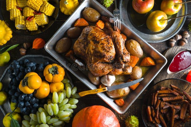 Festa med kalkon på tacksägelse, grönsaker och frukter fotografering för bildbyråer
