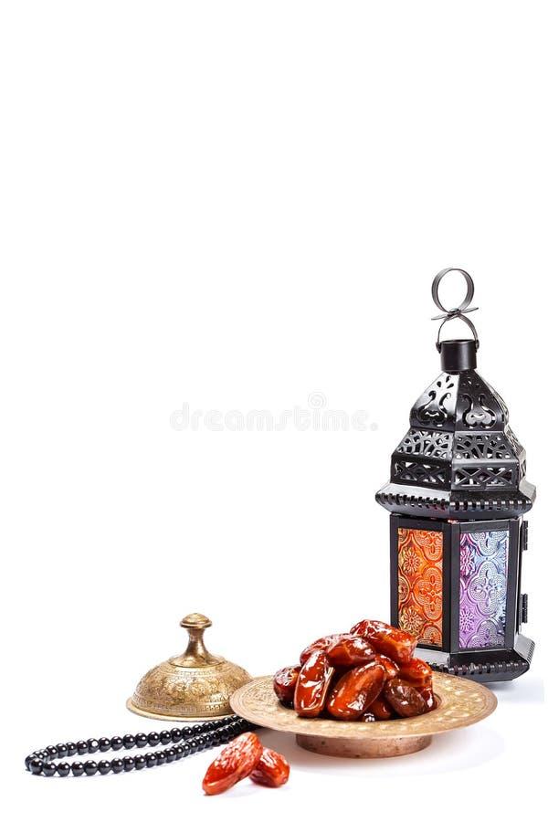 A festa muçulmana do mês santamente de Ramadan Kareem Fundo bonito com uma lanterna de brilho Fanus e datas secadas no branco foto de stock